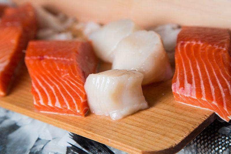Больше всего омега-3 в жирной и полужирной рыбе.