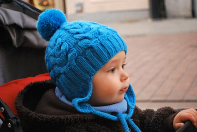 detskaya-shapochka-vyazanaya-kosami Шапка спицами для мальчика на весну, осень, зиму: описание и схема. Как связать детскую шапку для мальчика спицами шлем, ушанку, миньон, с шарфом?