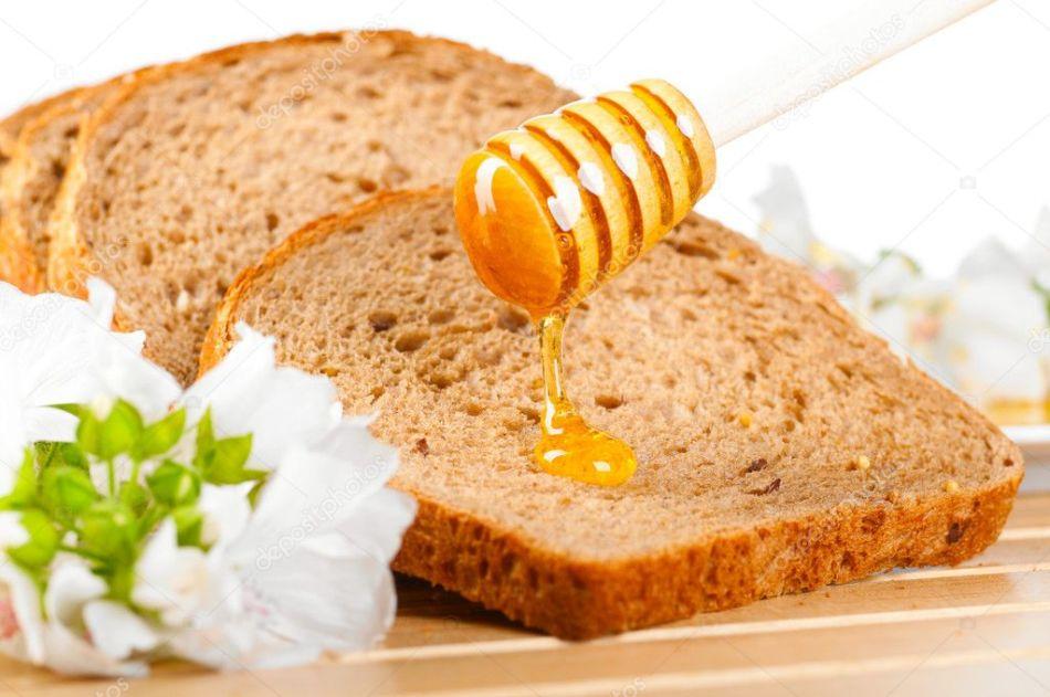 Проверить качество меда можно с помощью обычного хлеба