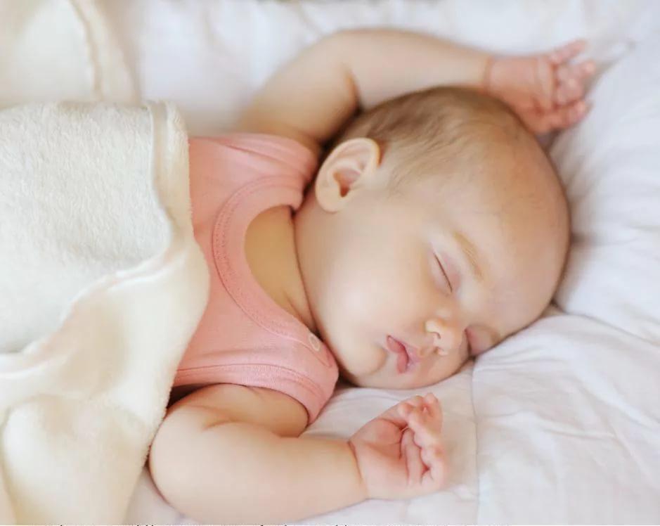 Кроха спит
