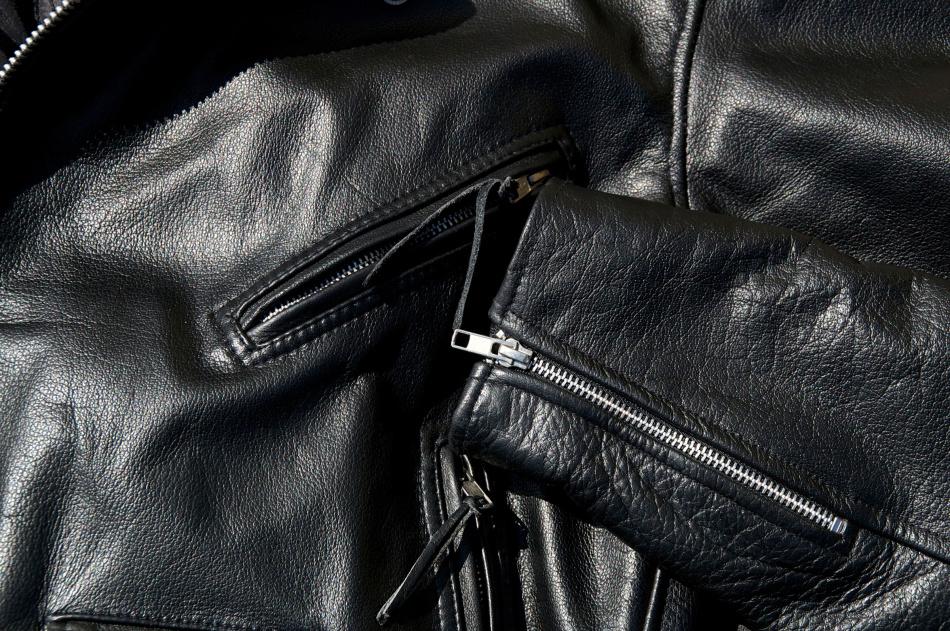 Мягкая кожа новой куртке после механического воздействия