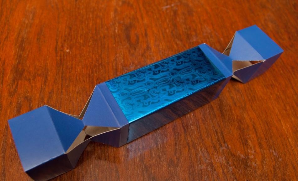 prikleivanie-obertochnoi-bumagi-k-kartonnoi-osnove-upakovki-dlya-konfet Коробка для конфет своими руками: делаем из бумаги и из картона