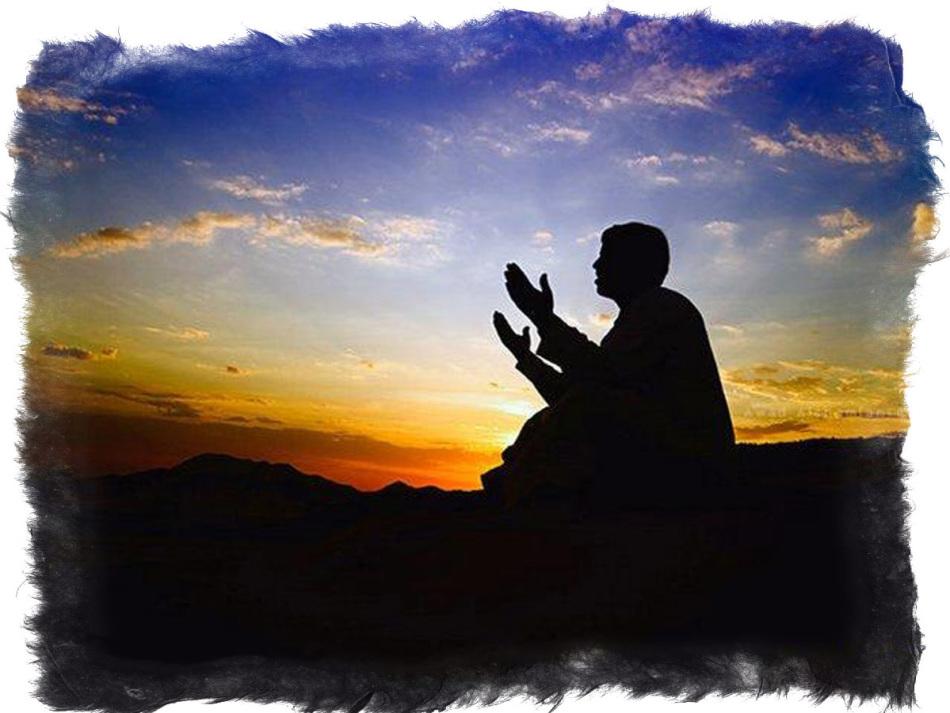 Мусульманин поднял руки к небу во время молитвы