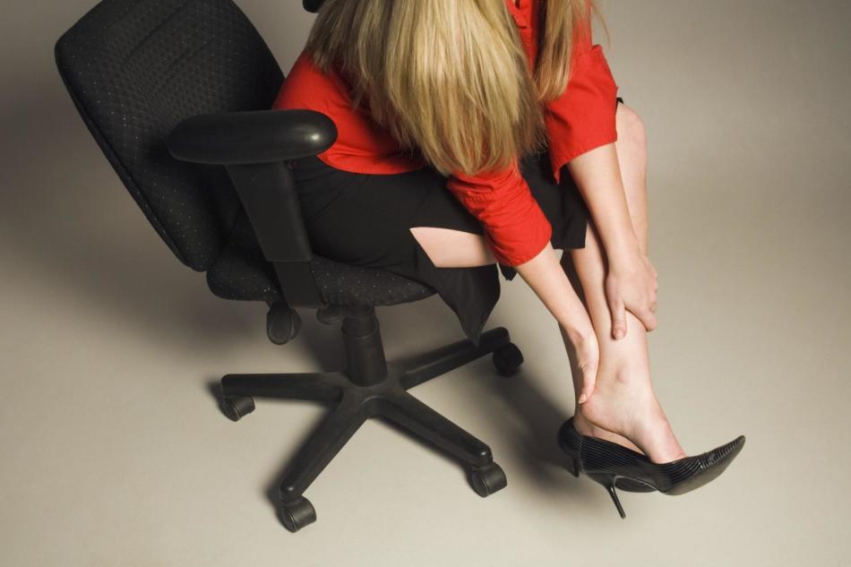 Тесные туфли - одна из причин дискомфорта ног