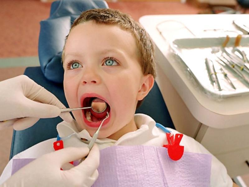 В стоматологии мирамистин применяется при стоматитах