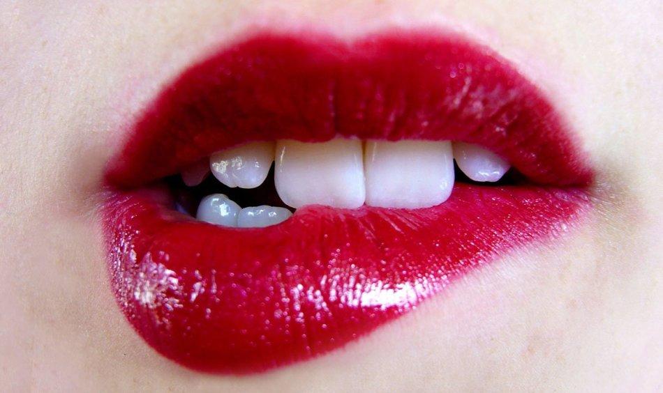 Стойкая помадапридаёт макияжу губ насыщенный оттенок