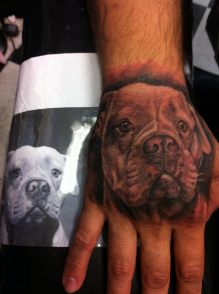 Татуировка на кисти в виде собаки