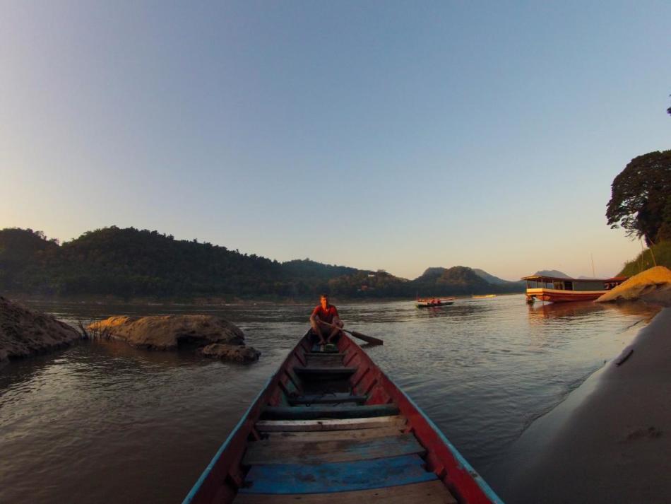 Плыть по лодке по течению реки - к благополучному течению дел.