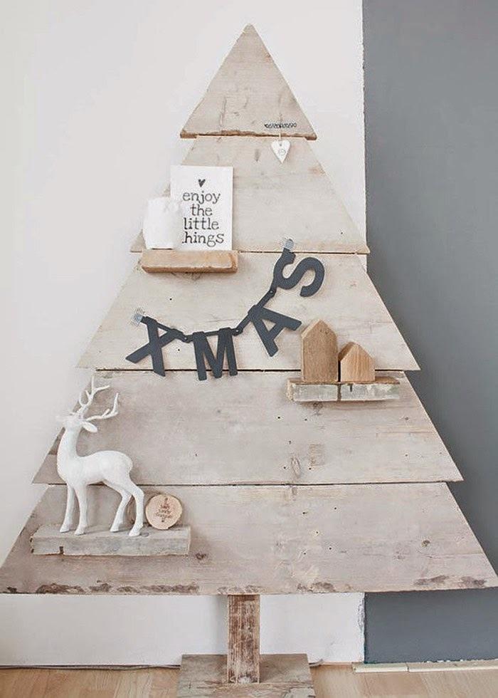 elochka-iz-dereva-variant-1 Необычная елка своими руками для конкурса для детей в детский сад, школу и для взрослых, на корпоратив: идеи, схемы, описание, фото. Как креативно сделать и назвать поделку — новогоднюю елку на конкурс: идеи, схемы, шаблоны, примеры названий, фото || Необычная новогодняя елка из дерева