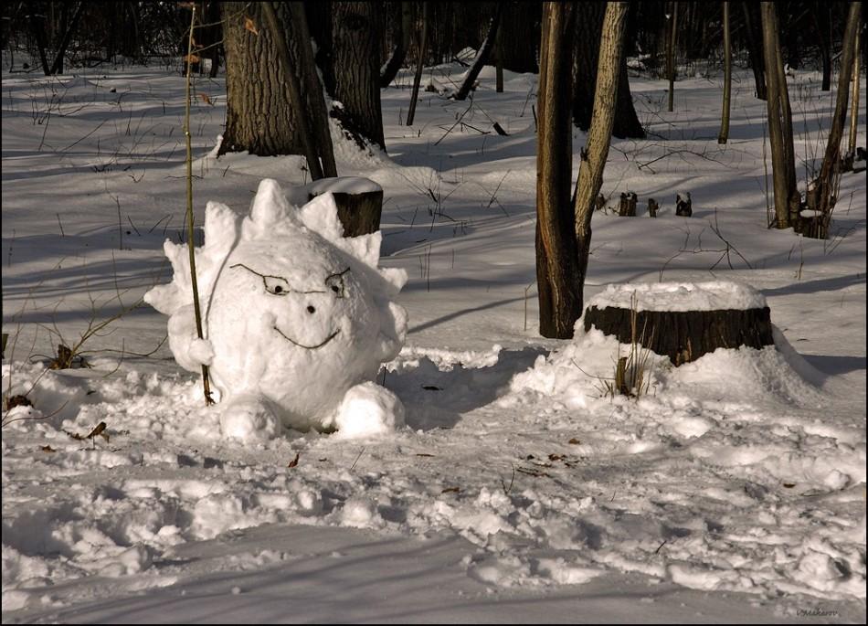 Веселый ёжик в лесу, слеплен из снега