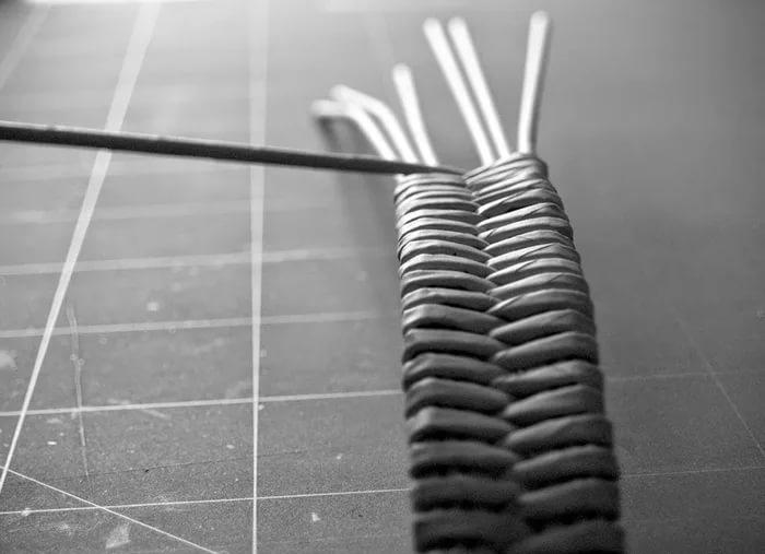 424edb77a0eadd8f68e7f8c0e025236c Плетение из газетных трубочек для начинающих пошагово: техника плетения, мастер класс, фото. Плетение корзин, шкатулок, коробок из газет для начинающих: схемы, загибы, фото