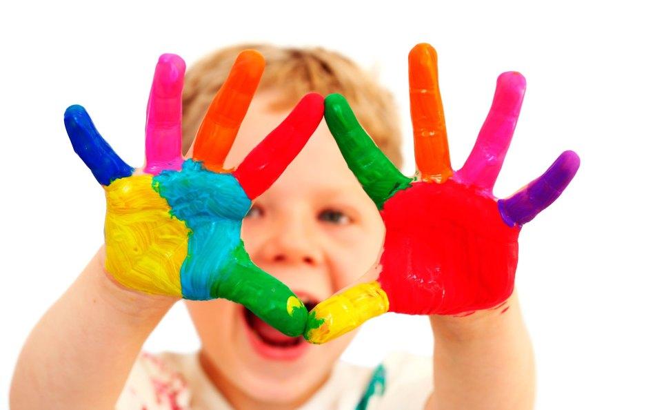 Разноцветные пальчики и ладошки у малыша