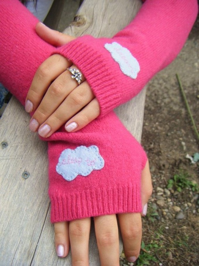 Яркие митенки из свитера своими руками
