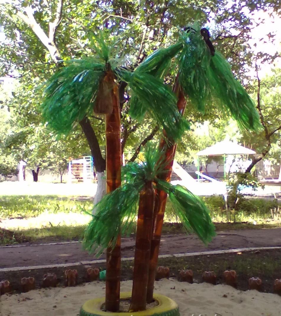 Пальмы из пластиковых бутылок с ровным стволом