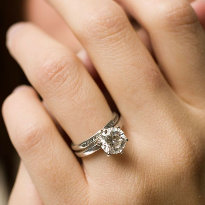 Одно свадебное кольцо на левой руке