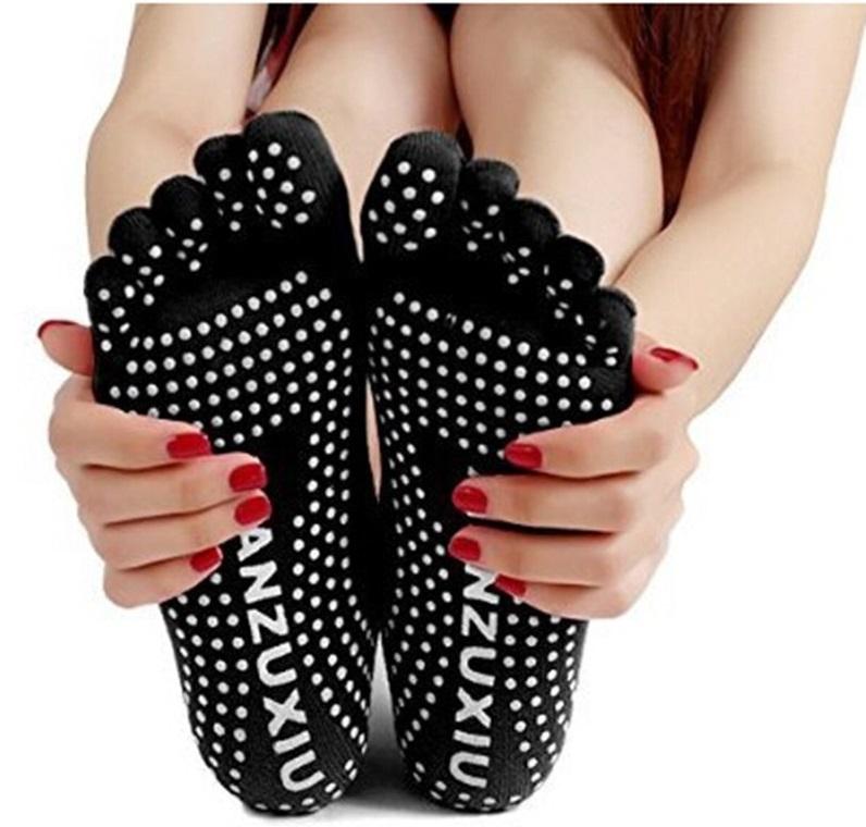 Такие носочки станут полезным подарком для девушек, предпочитающих йогу или пилатес