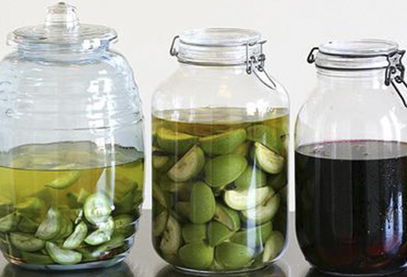 Для приготовления такого средства нужно стеклянную емкость заполнить на 70% измельченными частями зеленого грецкого ореха