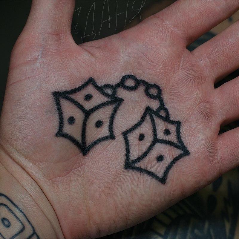 Татуировка на ладони в виде игральных костей