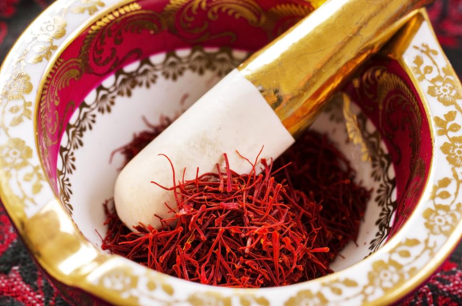 Шафран редко используется в алкогольном глинтвейне, но попробовать можно