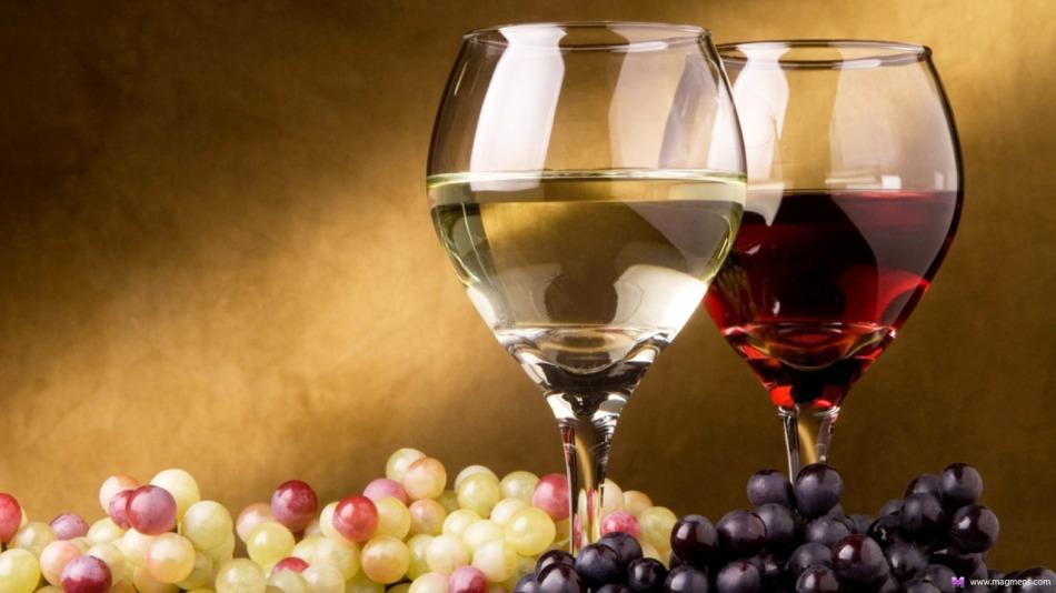 Виноград разных сортов, белое и красное домашнее вино в бокалах
