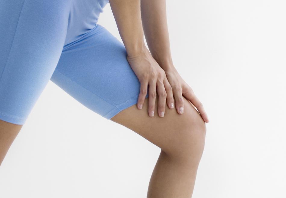 У девушки во время ходьбы заболело колено