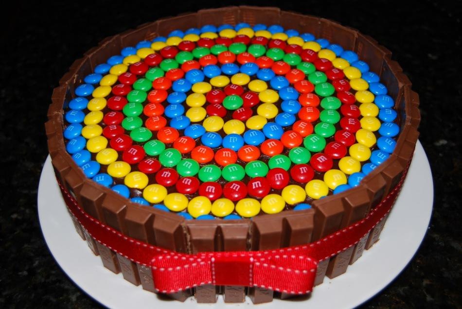 shokoladnii-tort-s-mampms Украшение торта своими руками в домашних условиях