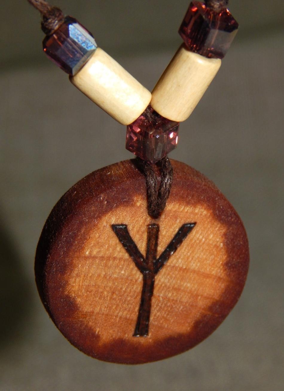 Руна альгиз из дерева для защиты