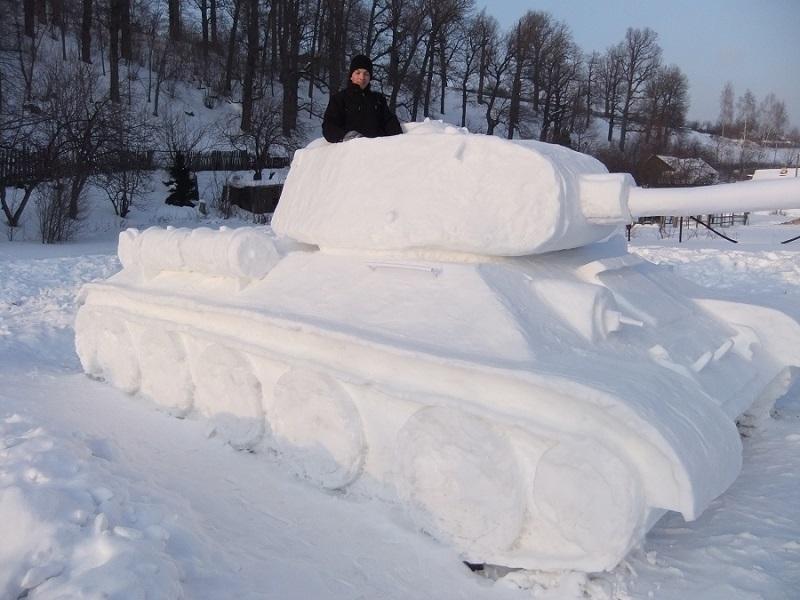 Большой танк, вылепленный из снега