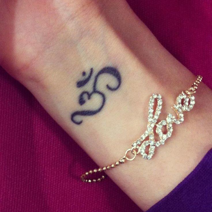 Буддийская татуировка-оберег в виде звука ом