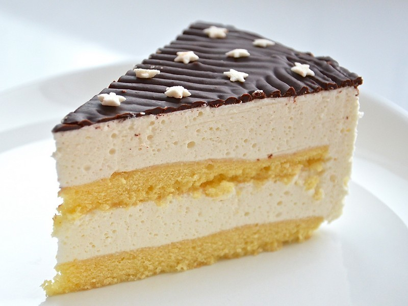 Торт птичье молоко можно украсить конфетти или звездочками