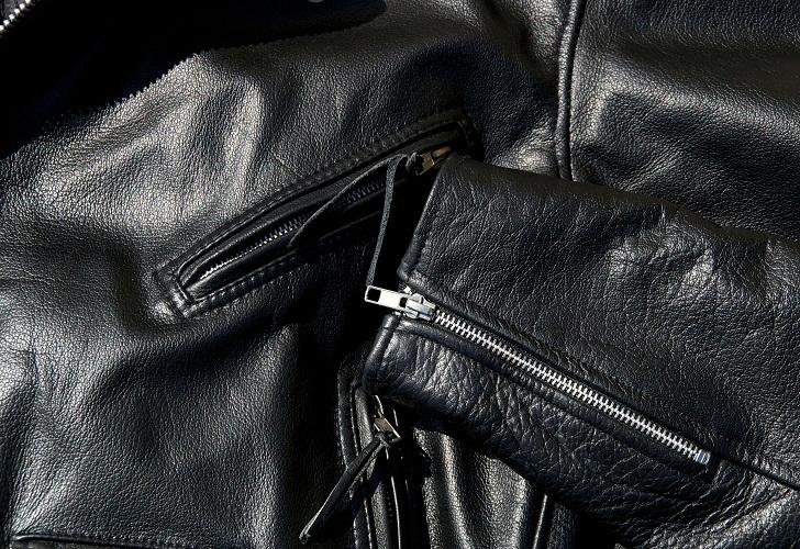Регулярно смазывайте куртку, чтобы сделать кожу мягкой и защитить ее от окружающей среды