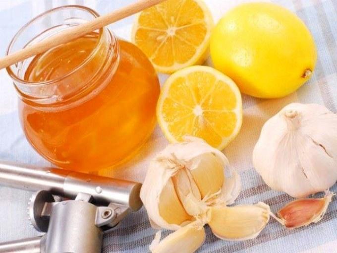 Смесь из меда, чеснока и лимона на пользу организму.