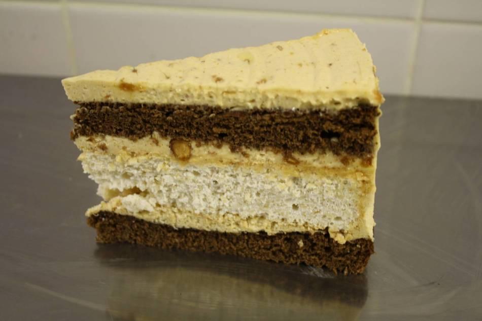Пример украшения торта кремом с халвой