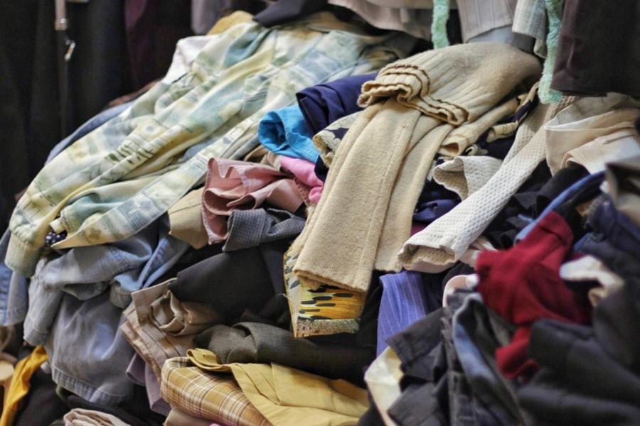 Чужая старая одежда во сне - плохой знак.