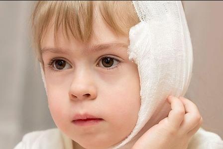 Компресс на ухо ребенку при отите делают только в том случае, когда болезнь протекает в катаральной форме и без температуры.