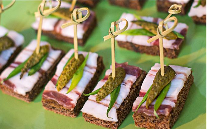 Пример подачи бутербродов с салом