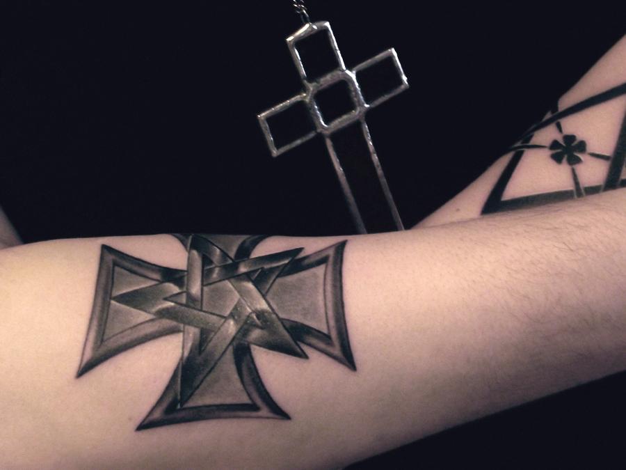 Крест-тату, похожий на тевтонский, может означать отбывание срока за изнасилование