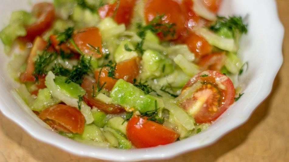 Салат айсберг с огурцами и помидорами