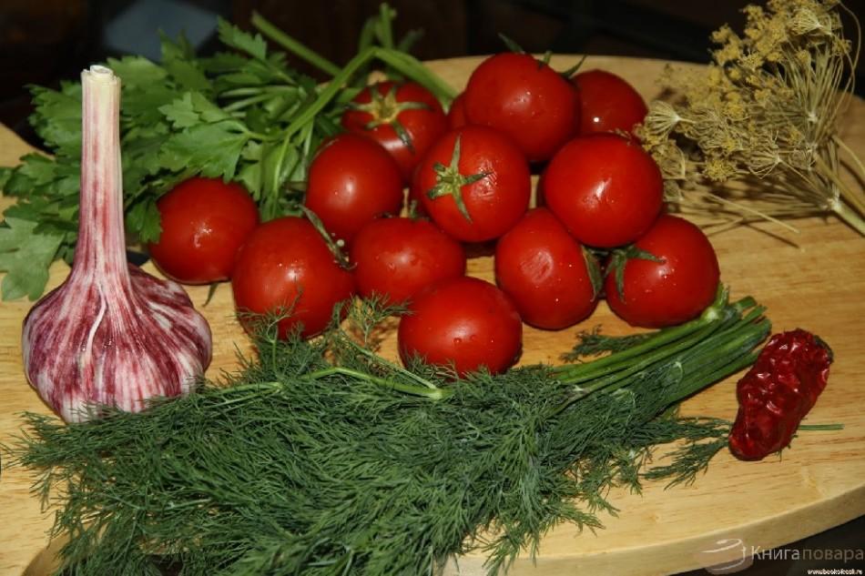 Продукты для засолки помидоров в бочке.