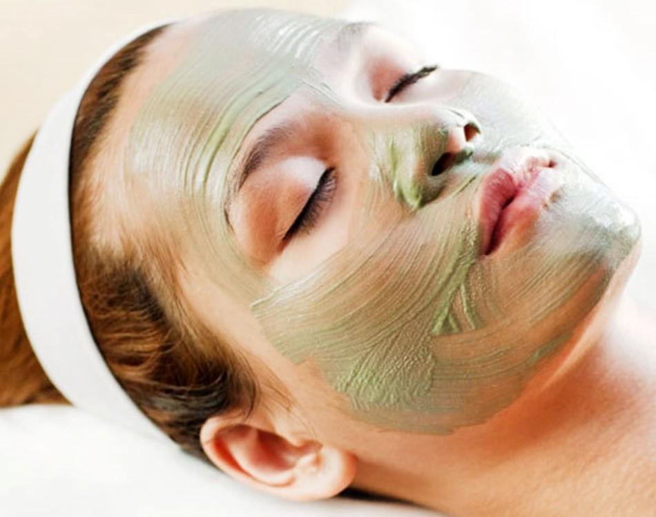 Маска из зеленой глины отлично стягивает поры, подлечивая кожу