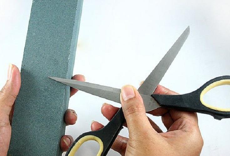 Броском можно подточить и большие, и маленькие ножницы
