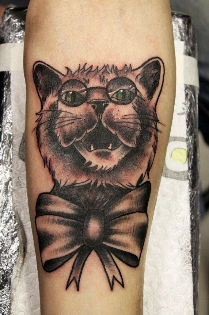 Кот с бантом - типичная татуировка воров