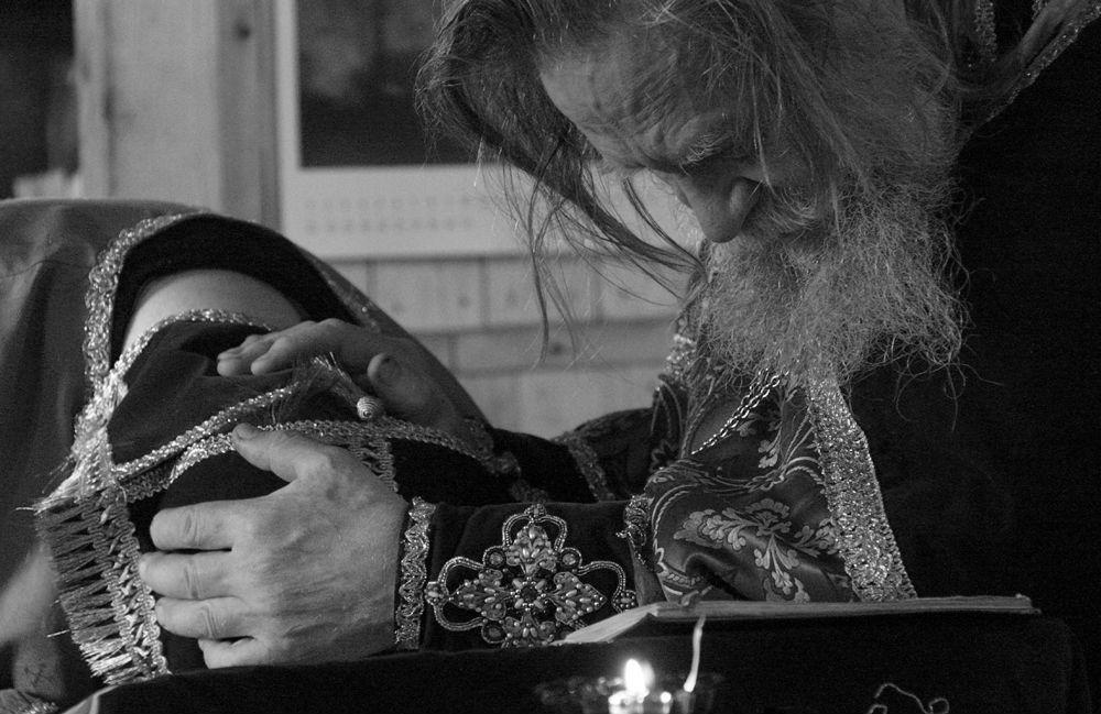 Батюшка молится за кающегося во время исповеди
