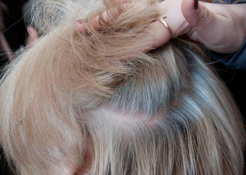 На светлых волосах также заметна седина
