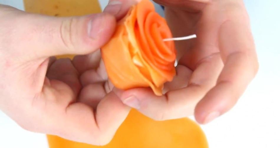 formirovanie-rozi-svechi-iz-voska Новогодние свечи своими руками