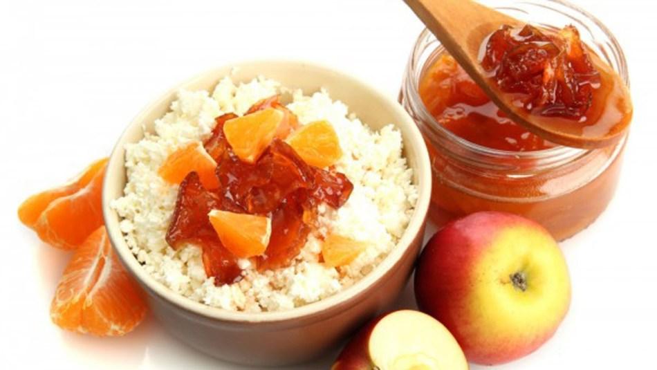 На фото очень вкусный десерт - варенье из апельсинов и яблок с творогом!