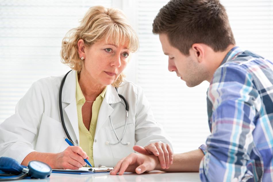 Доктор консультирует пациента относительно приема пустырника