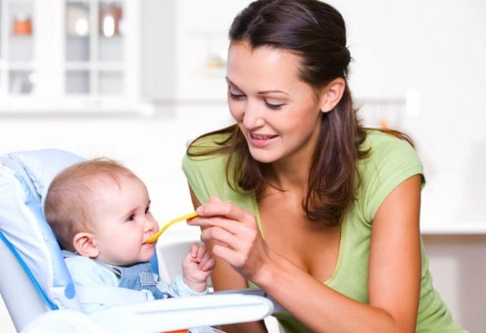 Кормление малыша с ложечки, первые продукты прикома