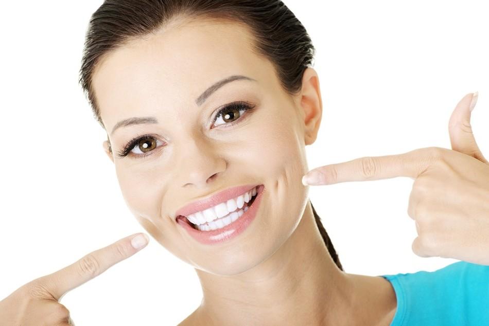 Натянутая улыбка - первый признак физиогномики, указывающий на зависть