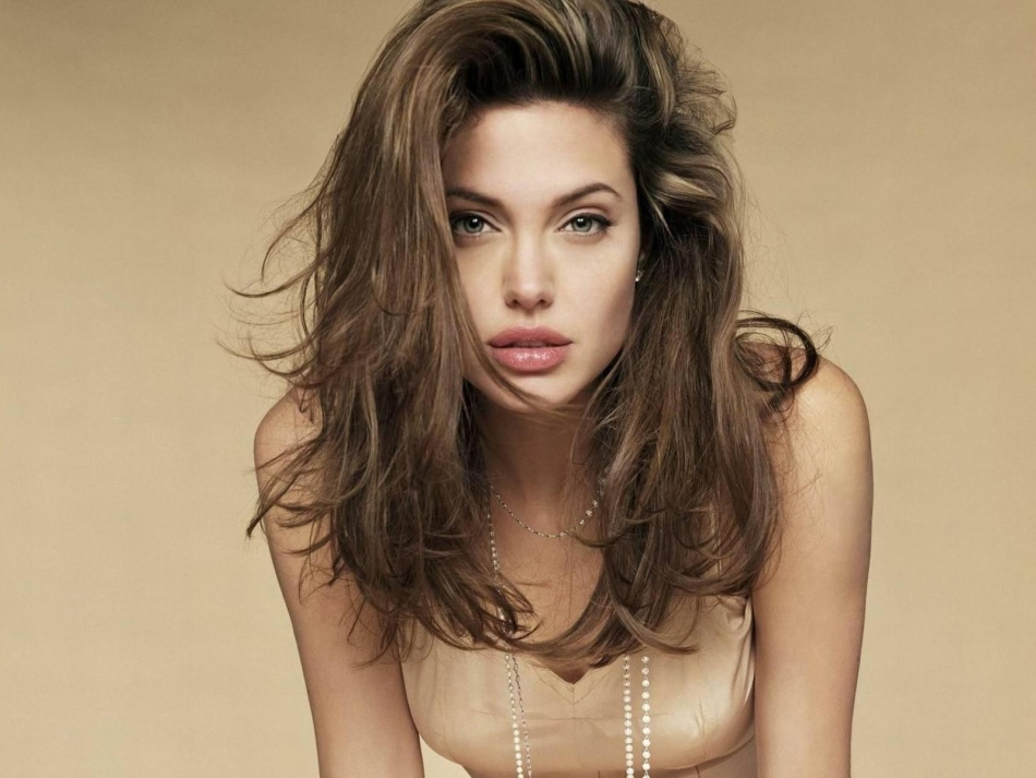 В макияже для губ лучше использовать светлые помады или блески, если не хочется подчёркивать полноту губ
